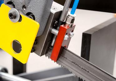 Pro plynulé řezání trubek aprofilů, nanáší mikro-ostřikovací jednotka mazací film na hroty zubů aboční strany pilových pásů.