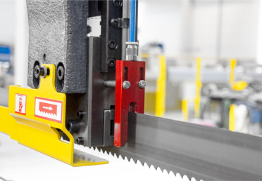 For ideal cutting of pipes and profiles, the micro-spray unit applies a grease film on the teeth points and lateral sides of the saw band.