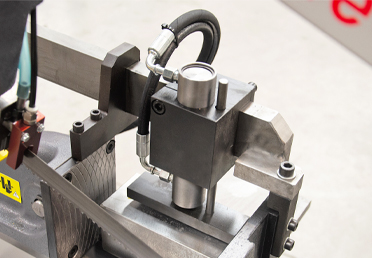 Device for clamping materials in layers and bundles with the use of an additional vertical clamping unit.